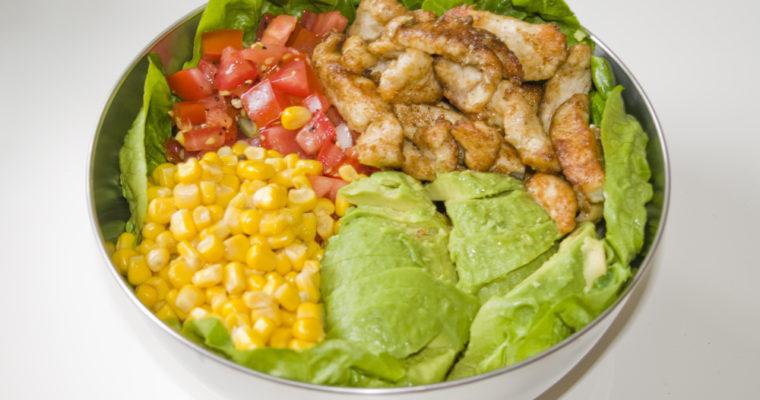 Hähnchen-Avocado-Salat-Bowl